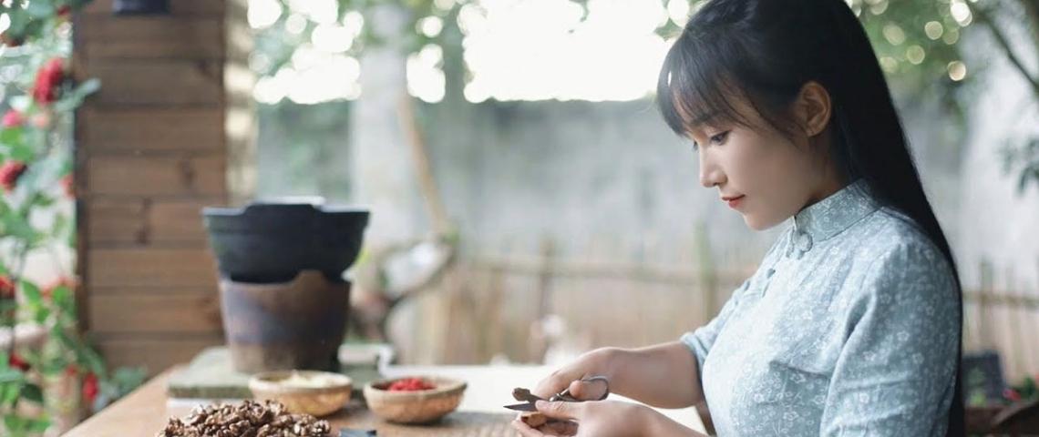 Une jeune fille fait du DIY sur une table en bois