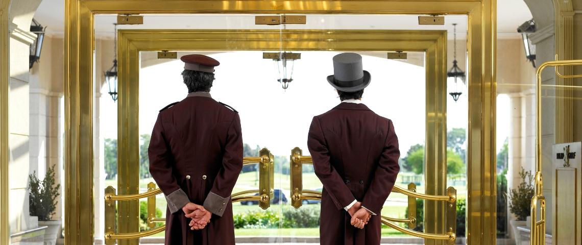 Deux majordome dans un hôtel