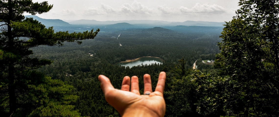 une main tendue vers l'horizon