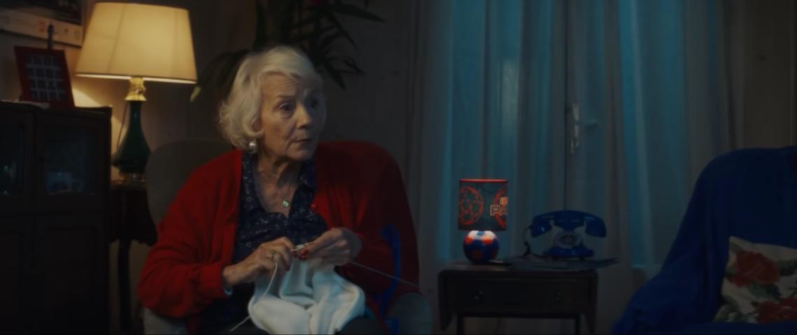 Une femme âgée qui fait du tricot