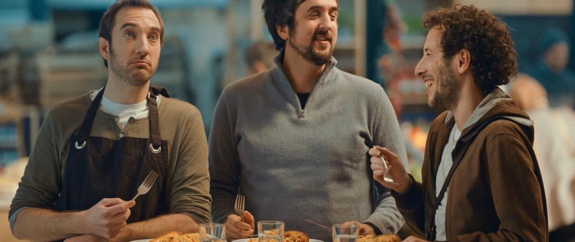 Trois hommes dans une cuisine