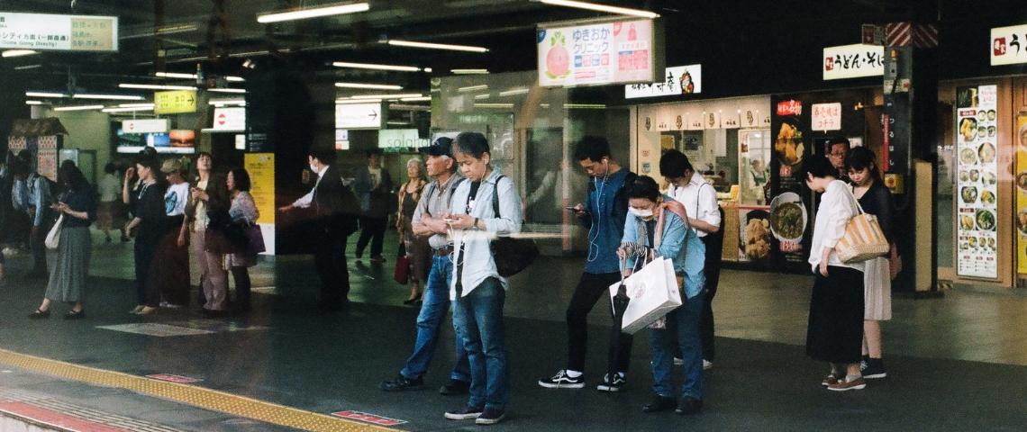 Des gens qui attendent le métro