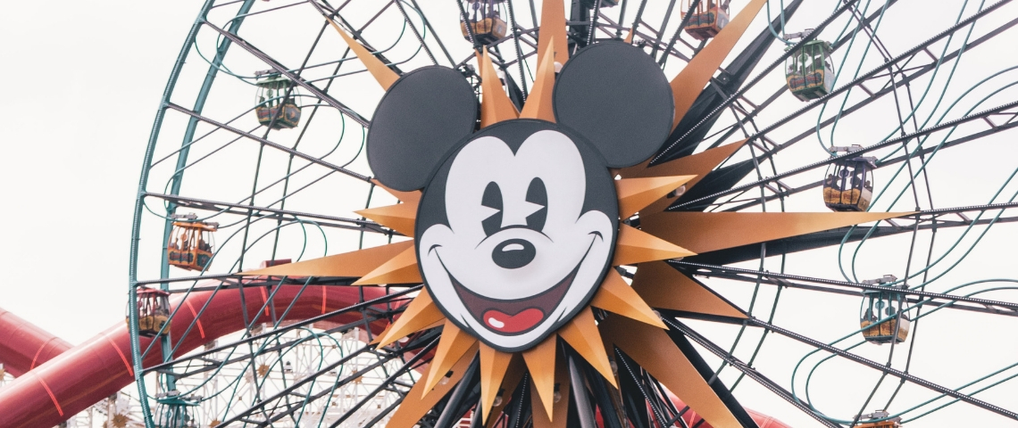 Une grande roue avec la tête de Mickey