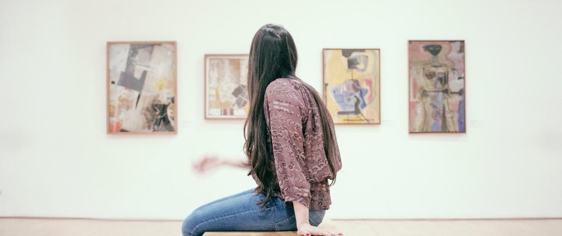Une femme dans un musée