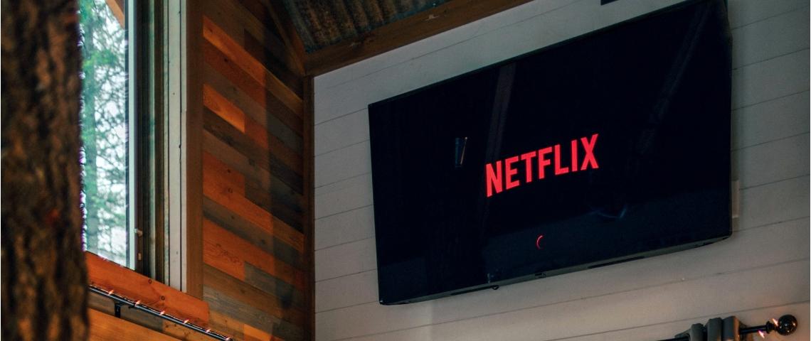 Une télévision accrochée à un mur avec le logo Netflix