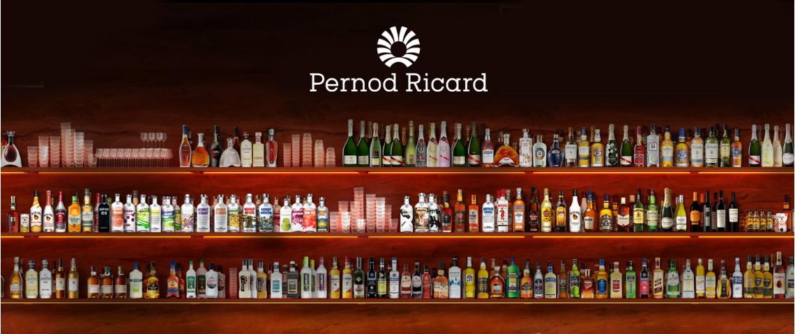 Des bouteilles d'alcool et le logo Pernod Ricard