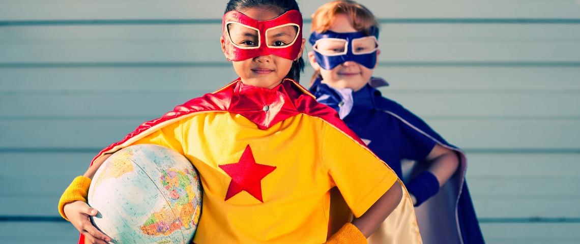 Deux petites filles habillées en super héroïnes