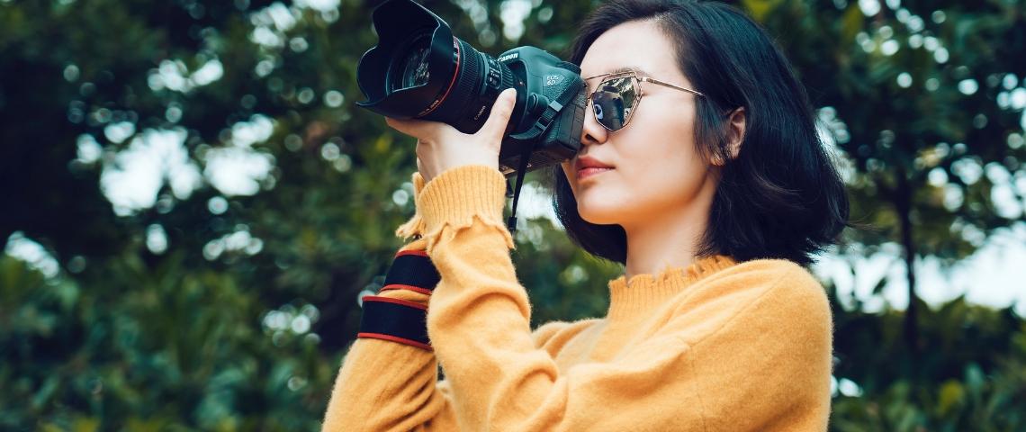 Une femme avec un appareil photographique