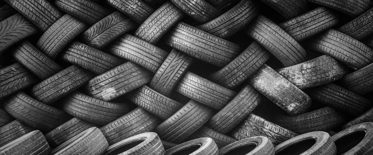 Une pile de pneu