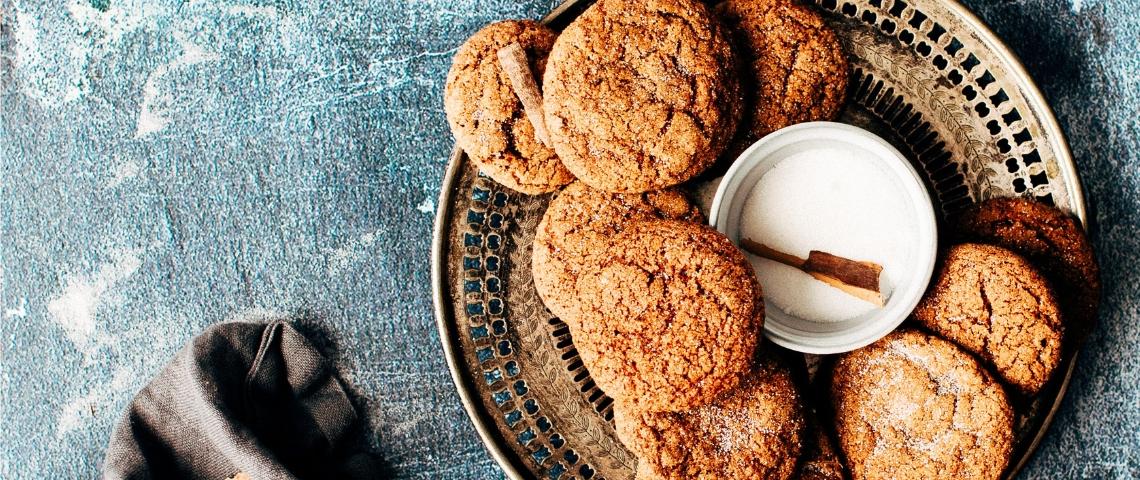 Des biscuits dans une assiette