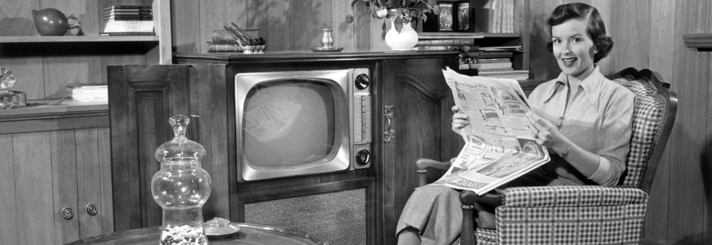 Une ménagère des annnées 50 en noir et blanc