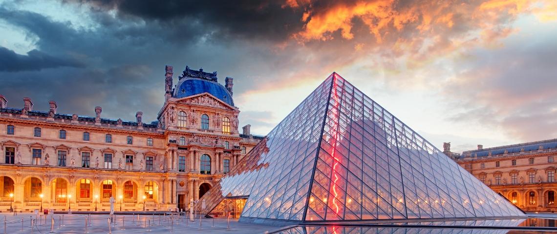 La pyramide du Louvre au coucher du soleil, traversée par un éclair rouge