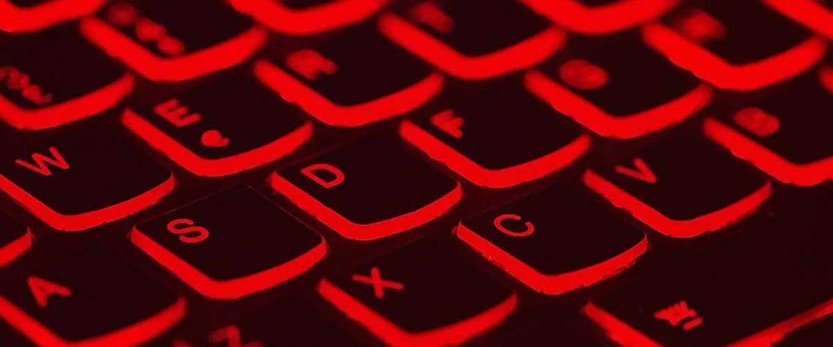 Un clavier d'ordinateur avec une lumière rouge