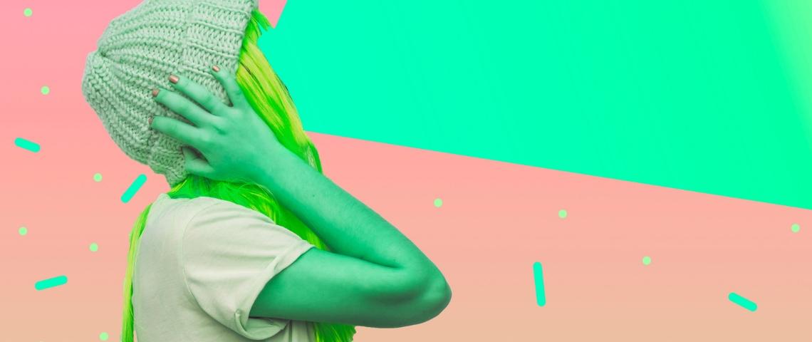 Une femme à la peau verte dont le visage a été remplacé par un halo de lumière