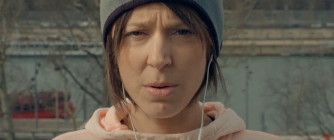 Une femme avec un bonnet et des écouteurs