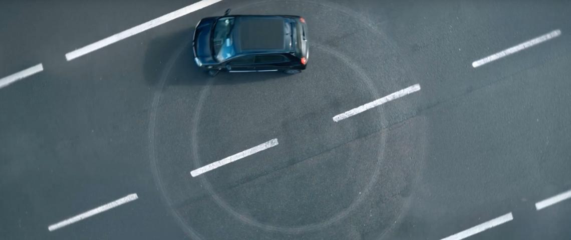 Une voiture Renault qui dessine un cercle