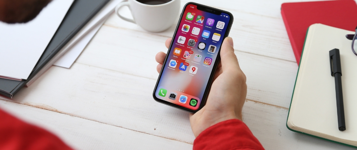Une main qui tient un iPhone