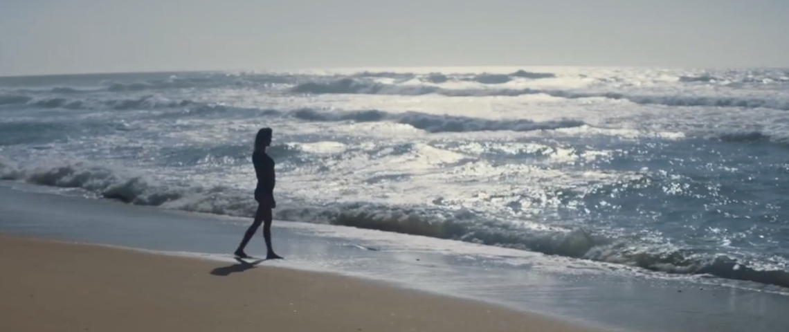 Une surfeuse dans l'océan