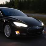 Une voiture Tesla sur la route