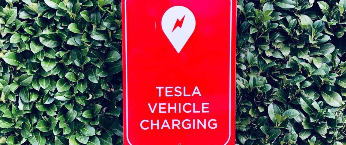 Un panneau rouge de chargement de Tesla