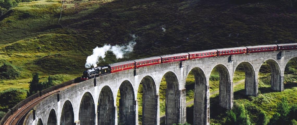 Un train sur un pont