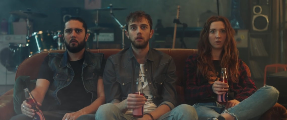 Trois personnes assises sur un canapé