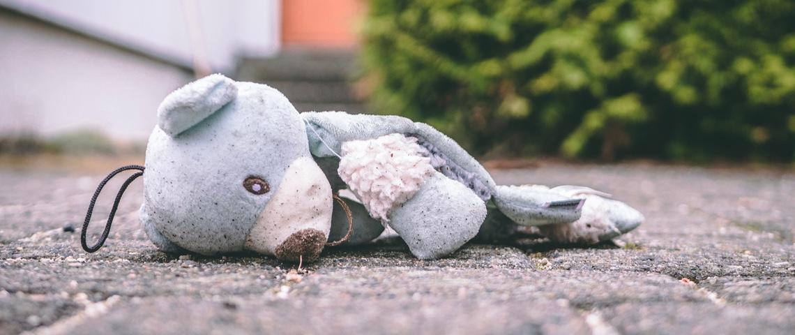Ours en peluche abandonné sur le trottoir