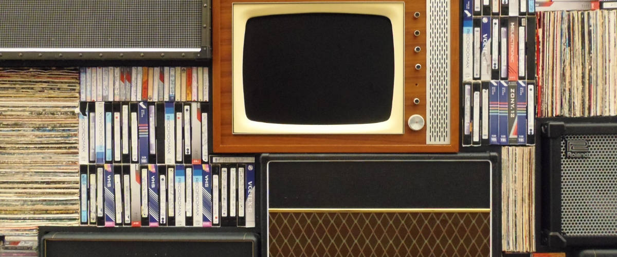 Une vielle télévision et des cassettes