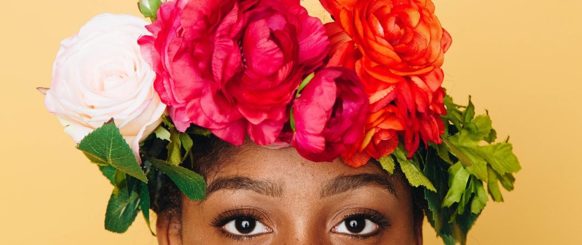 Une femme noire avec une couronne de fleurs sur la tête