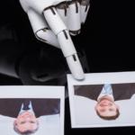 Doigt robotique pointe la photo d'un homme jeune parmi quatre photos.