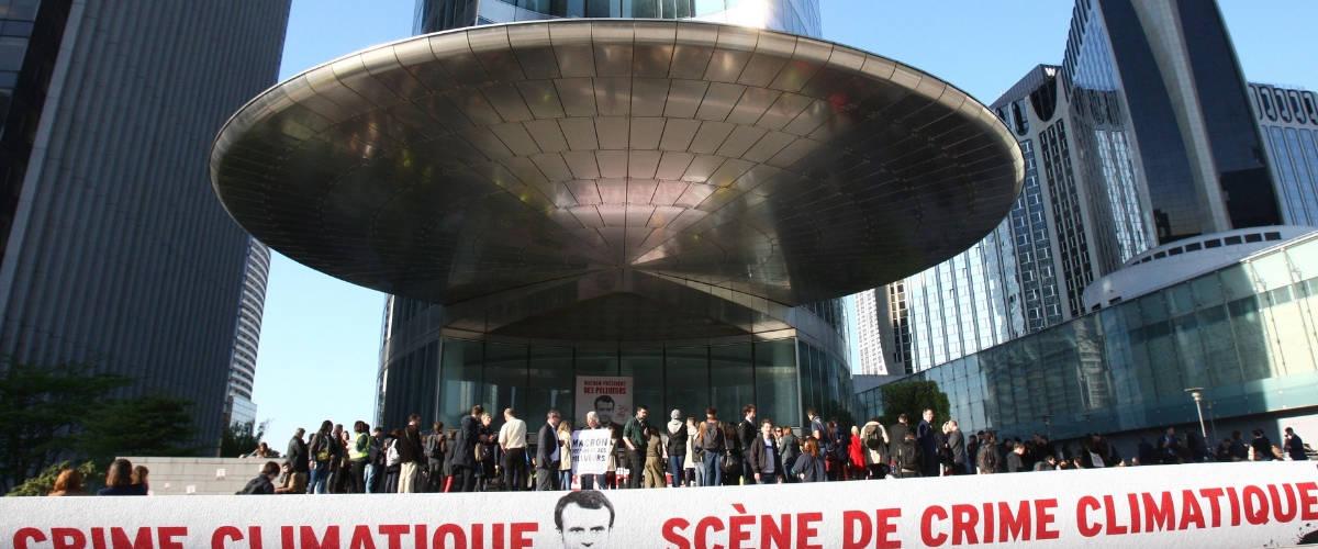 Manifestant Greenpeace devant une des tours de La Défense