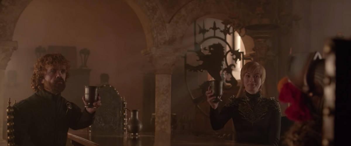 Tyrion et Cersei en compagnie de Elmo