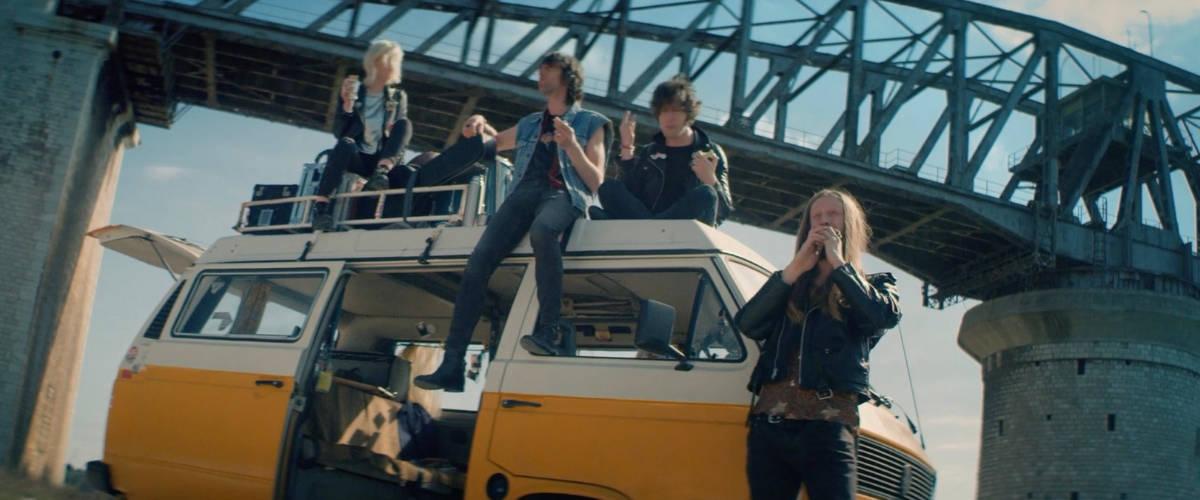 Des jeunes sur un van