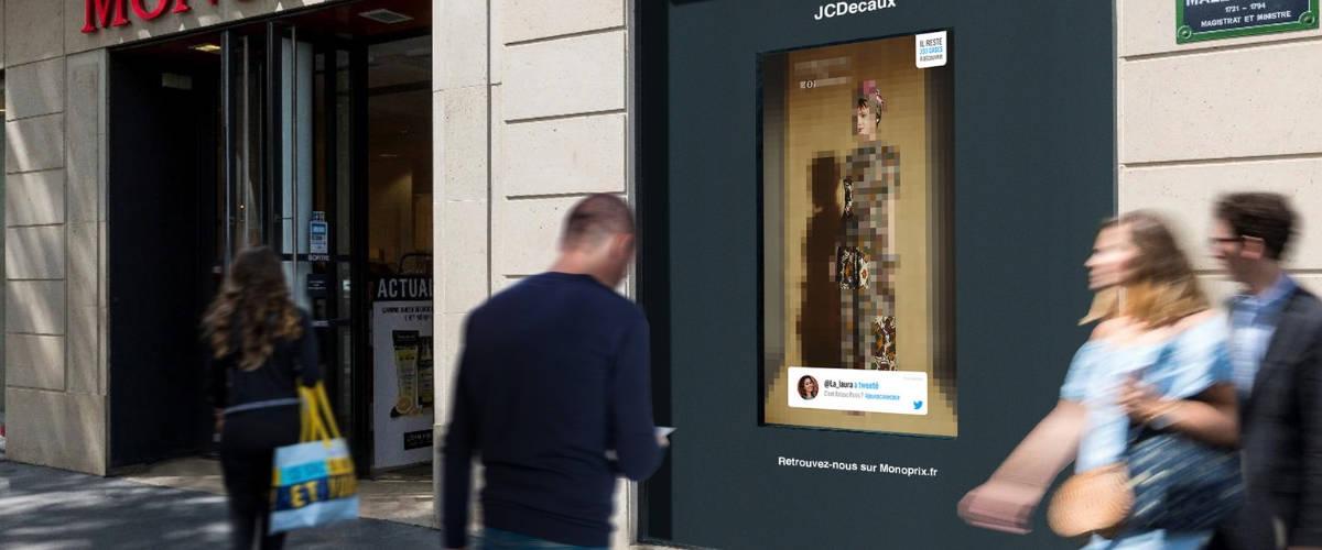Un homme devant une vitrine Monoprix
