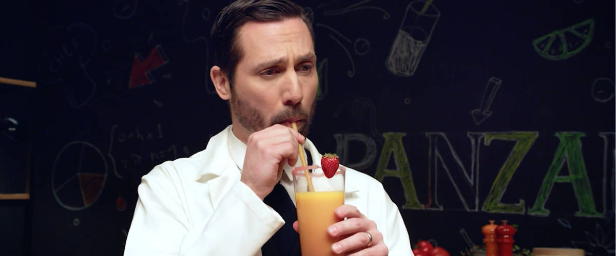 Un homme qui boit un jus avec une paille