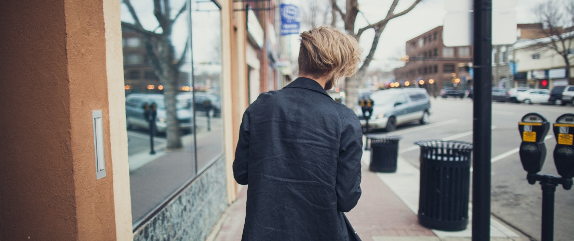 un homme vue de dos dans la rue