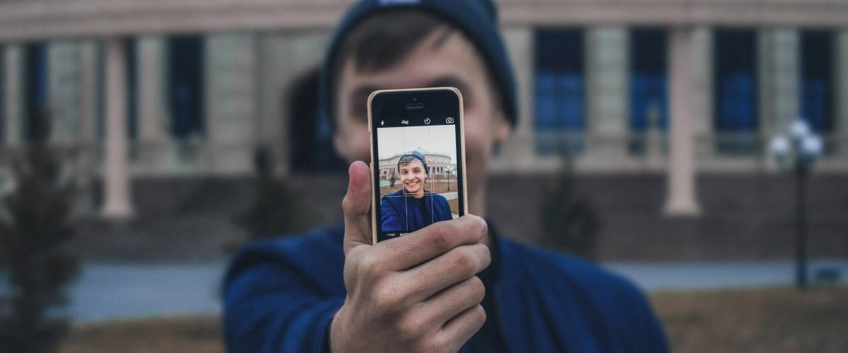 Homme se prenant un selfie