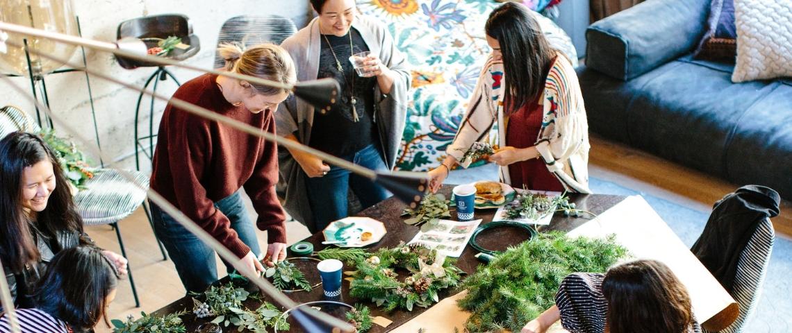 Des femmes en train de participer à un atelier botanique