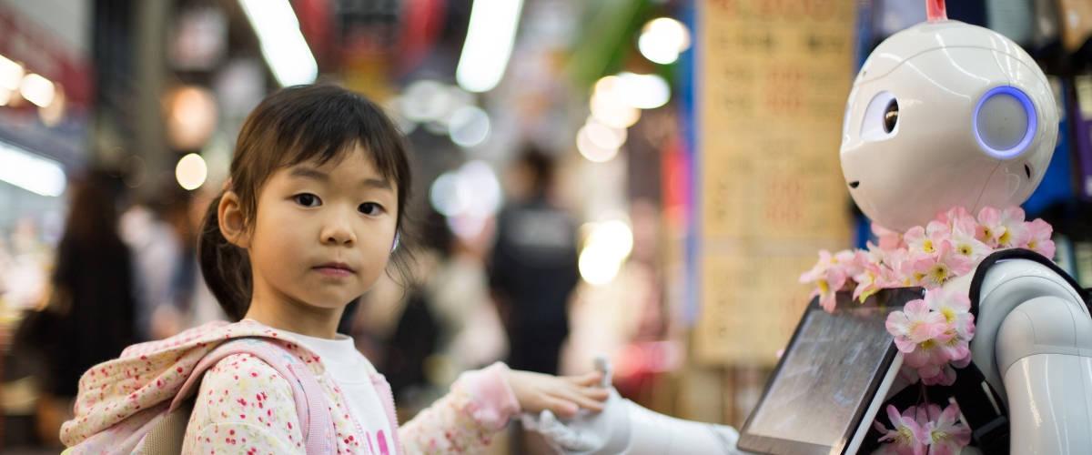 Petite fille tenant la main d'un robot