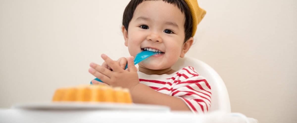 Un bébé en train de manger