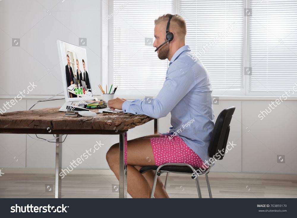 un homme au bureau en caleçon