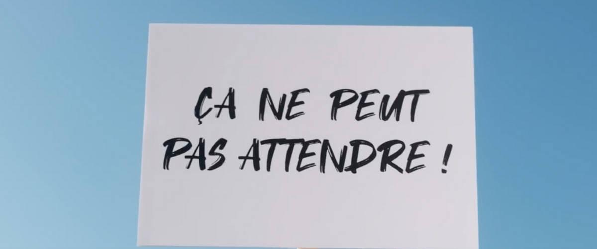 Un panneau avec écrit « ça ne peut pas attendre ! »