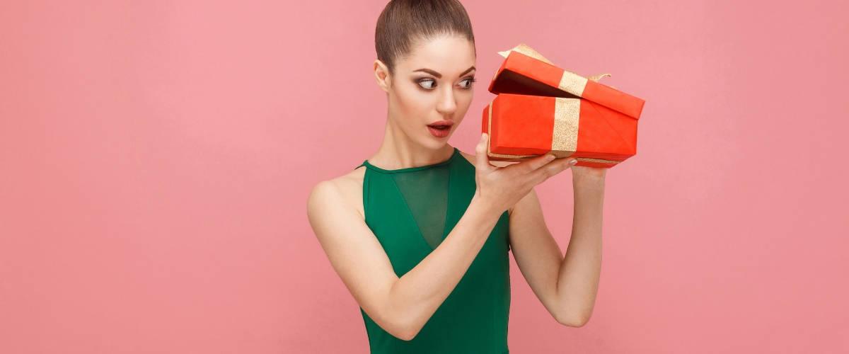 Une femme qui regarde dans un cadeau