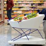 Petite fille poussant un chariot Ford dans un supermarché