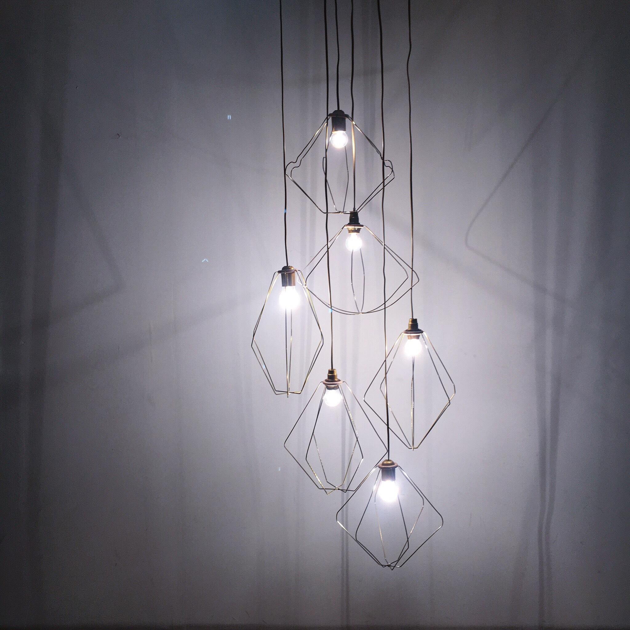 Des lampes fabriquées à partir de vieux cintres