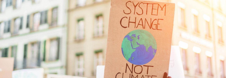 Panneau à une manifestation pour le climat