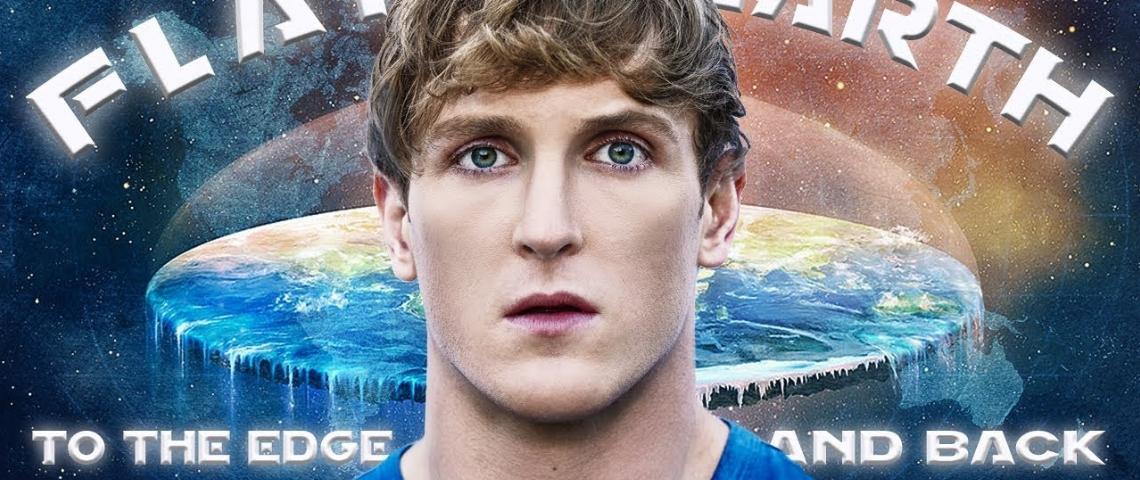 Logan Paul, devant une illustration de la Terre plate
