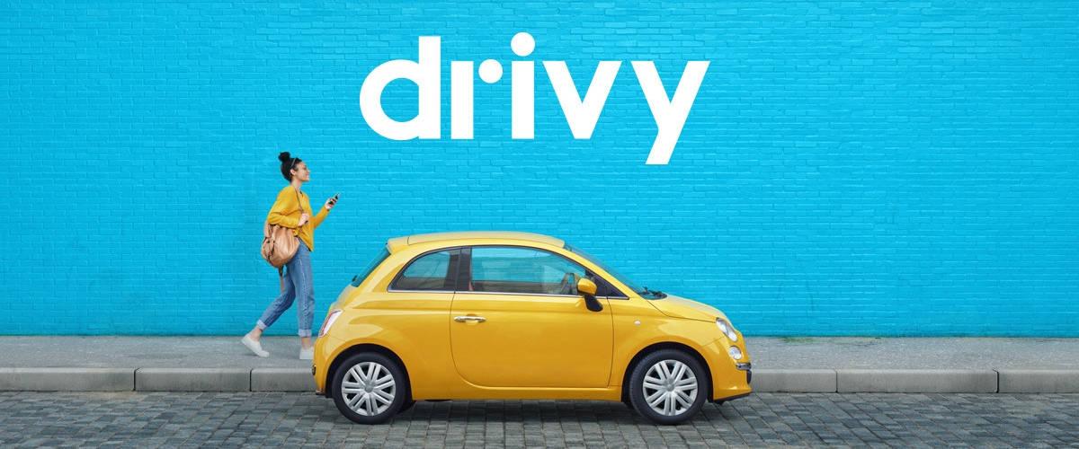 jeune femme à coté d'une voiture jaune