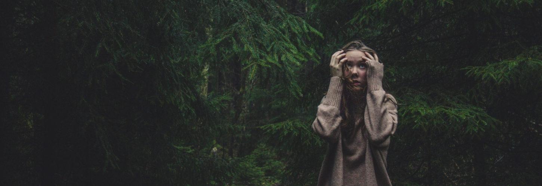 Une jeune femme qui a peur dans la forêt