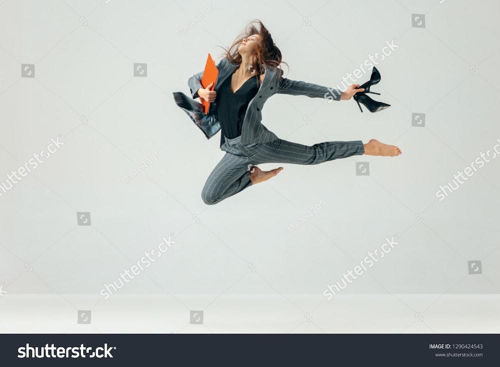 une femme danse au bureau